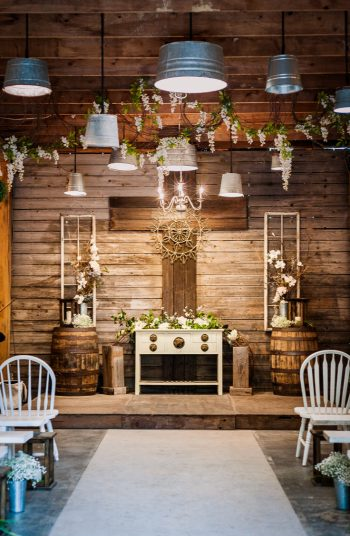 Is there anything cuter than a county barn wedding? I don't think so! Here are some great country barn reception decor that will make everything look perfect.