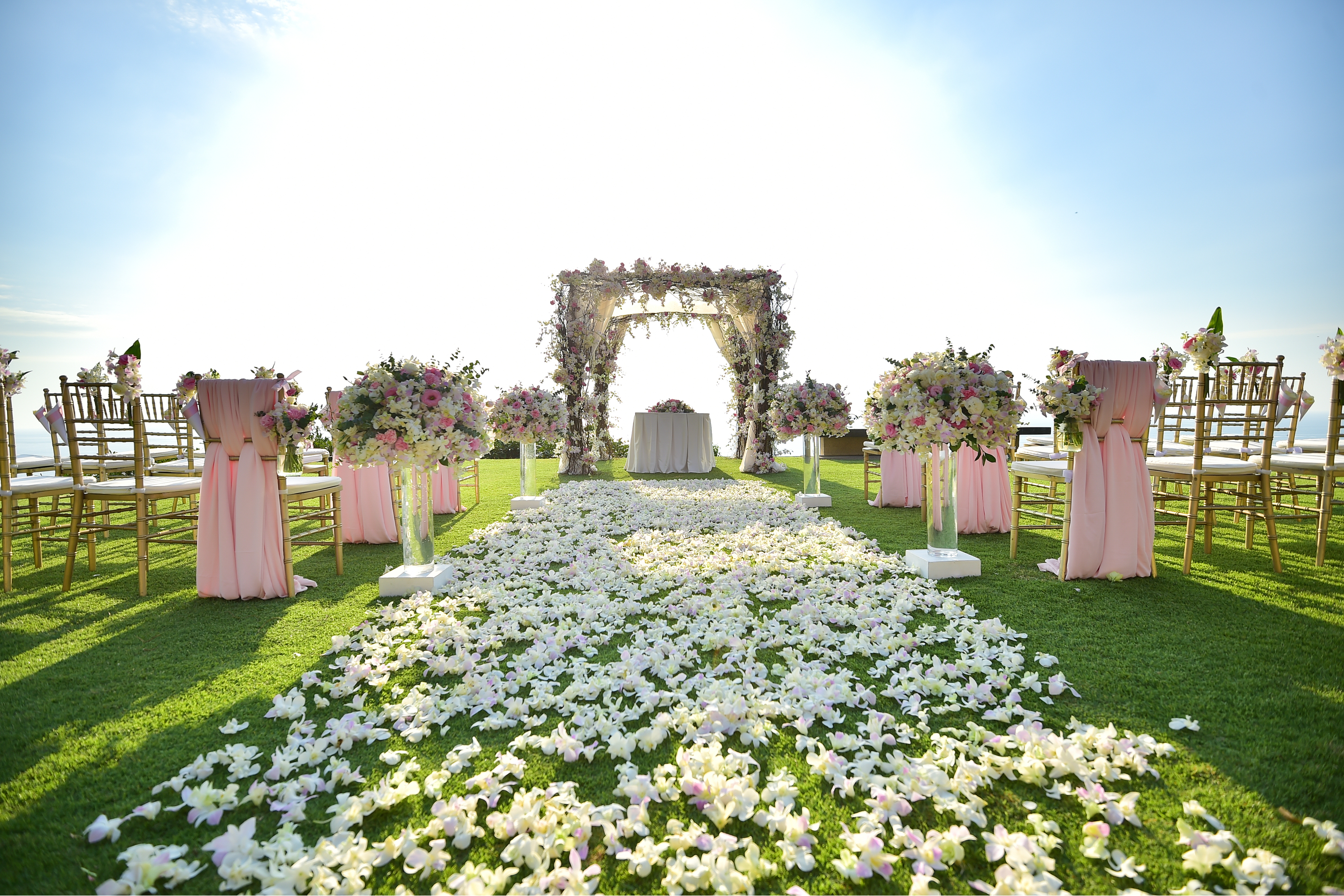 It can be so hard picking the right venue for your wedding. These are 5 things to go over when picking your wedding venue.