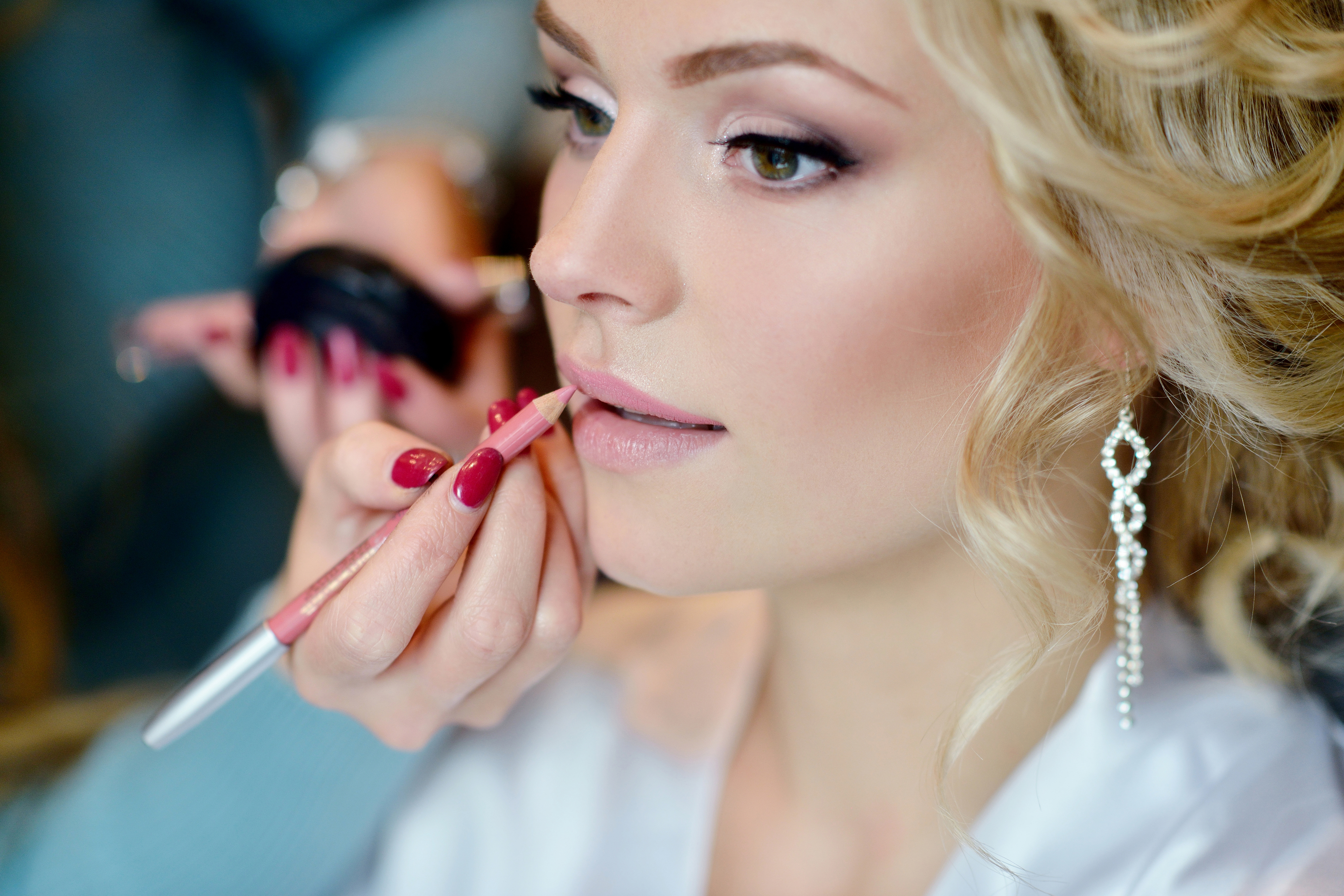 If you're planning a winter wedding, you'll want to know these winter wedding makeup tips. They will have you looking amazing on your big day.