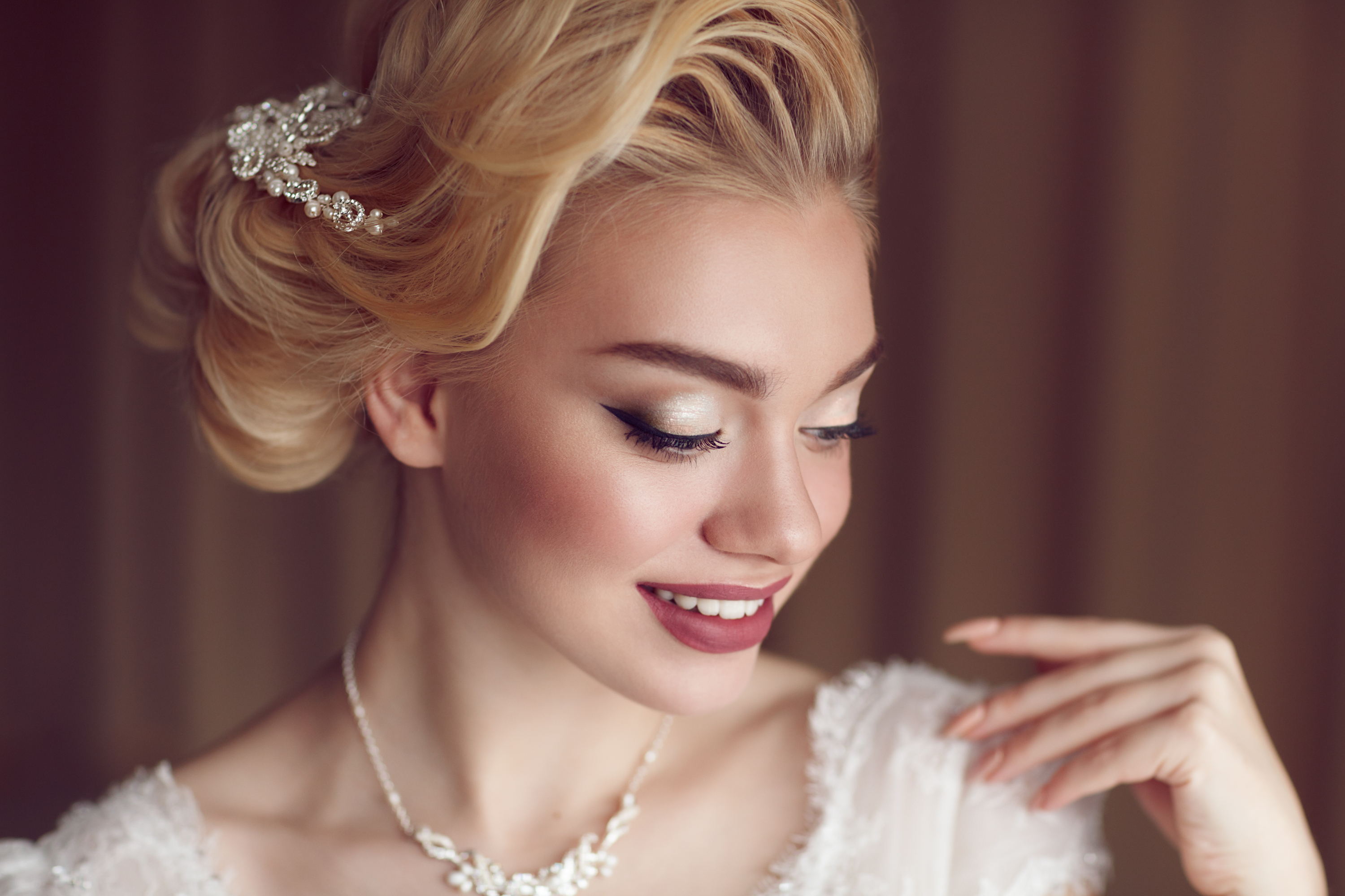 If you're planning a winter wedding, make sure your wedding makeup matches the time of year. These winter wedding makeup tips will have you looking amazing.