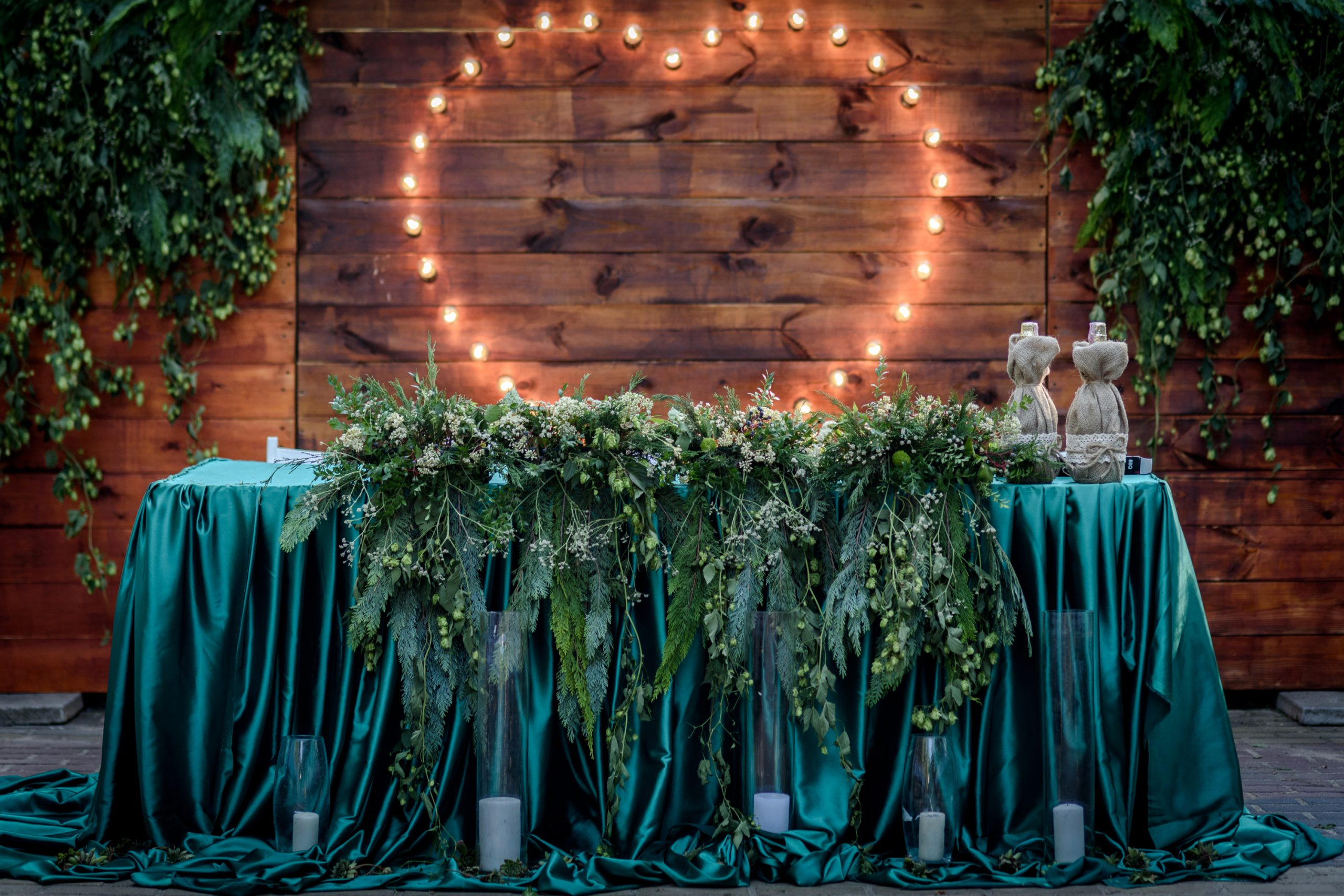 Emerald Green is one of my favorite colors for wedding color schemes because it is truly one of the most elegant colors out there.  And the best thing about it is that it looks positively gorgeous in almost any season or setting. See how you can incorporate beautiful greenery with the emerald green.