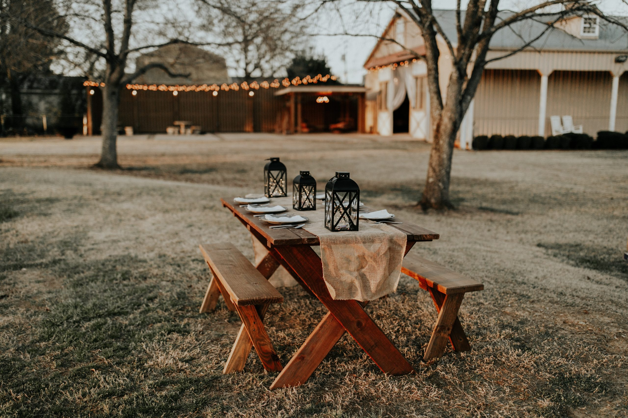 Rustic chic wedding decorations are this year's biggest trend! Not only do they look beautiful, but this rustic chic look means that you can make a majority of the items on this list without a problem. You will love these ideas!