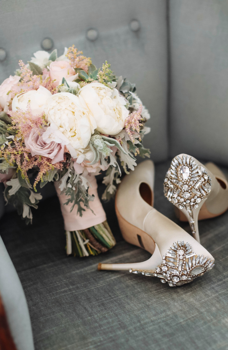 Starting off a partnership in wedding debt is no way to start a marriage. That's why I believe everyone should set a wedding budget. Here are some stylish budget wedding ideas so you can have the wedding of your dreams at an affordable cost. You will love these, I promise!