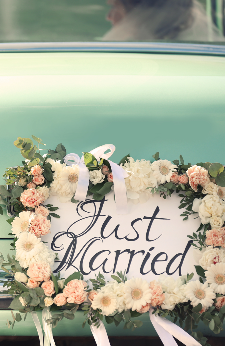 Starting off a partnership in wedding debt is no way to start a marriage. That's why I believe everyone should set a wedding budget. Here are some stylish budget wedding ideas so you can have the wedding of your dreams at an affordable cost. You don't want to miss this!